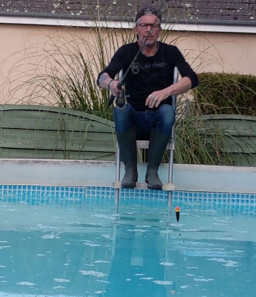 Faute d'utiliser sa licence de Pétanque, Fred essaie d'amortir sa carte de pêche (dixit de linteressé)